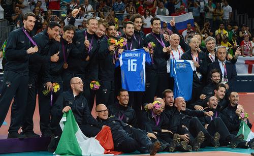 c2850c238d 1) Os jogadores da seleção masculina de vôlei da Itália levaram ao pódio  uma camisa número 16 com o nome de Vigor Bovolenta