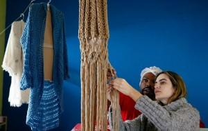 Empresária analisa tricô feito por detento