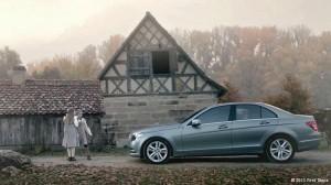 Mercedes Benz na frente de crianças em vilarejo