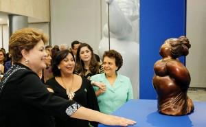 Dilma Rousseff observa escultura de Eliana Kertész