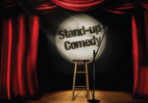 Banco e pedestal com microfone em show de stand-up comedy