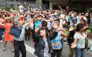 Grupo de idosos dançando na avenida Paulista