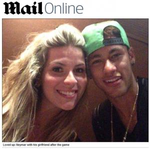 Neymar ao lado de amiga loira