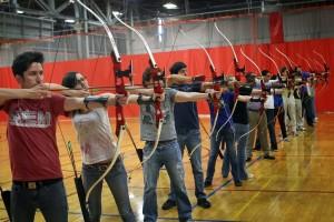 Aluno do MIT em aula de arco e flecha