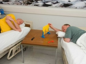 Dois senhores em camas separadas
