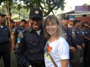 Professora abraça aluno PM em protesto de professores