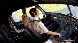 Piloto na cabine de avião