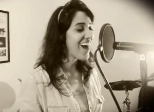 Gabriela Albuquerque cantando