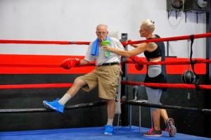 Senhor em aula de boxe