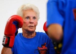 Senhora em aula de boxe