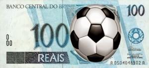 Nota de 100 Reais com uma bola de futebol