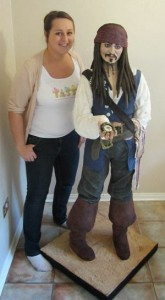 Confeiteira ao lado de personagem pirata de Johnny Depp