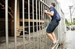 Estudante sobe no portão em dia do Enem