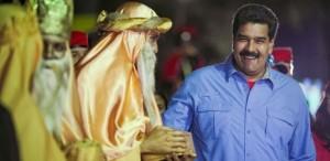 Maduro cumprimenta homem fantasiado de rei mago