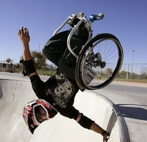 Aaron Fotheringham faz manobra na cadeira de rodas