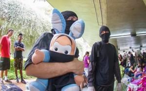 Integrante do Black Blocs segura Cebolinha vendado