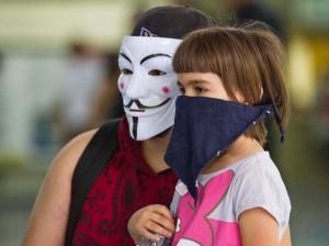 Integrante do Black Blocs segura menina vendada