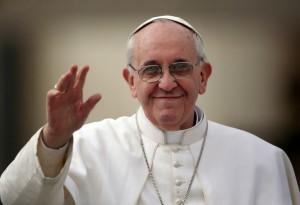 Papa Francisco acena para a câmera