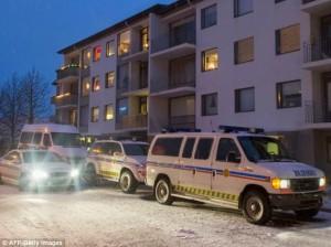 Polícia islandesa na frente de prédio
