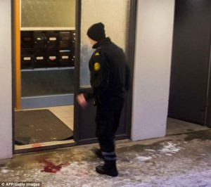Policial islandês entrando em apartamento
