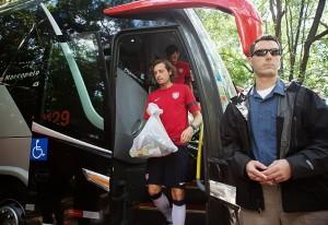 Seleção dos EUA desce do ônibus no CT do São Paulo