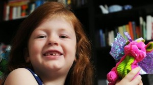 Sophie com um dragão de brinquedo