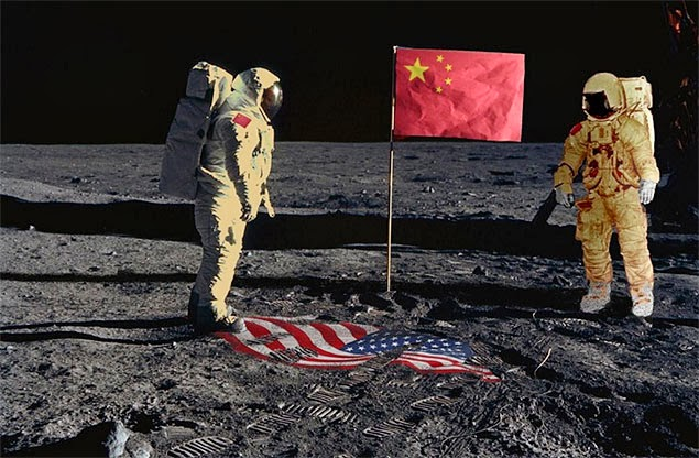 Astronautas com bandeiras da China e dos Estados Unidos
