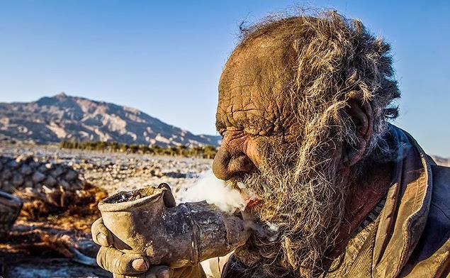 Amoo Hadji fumando cachimbo