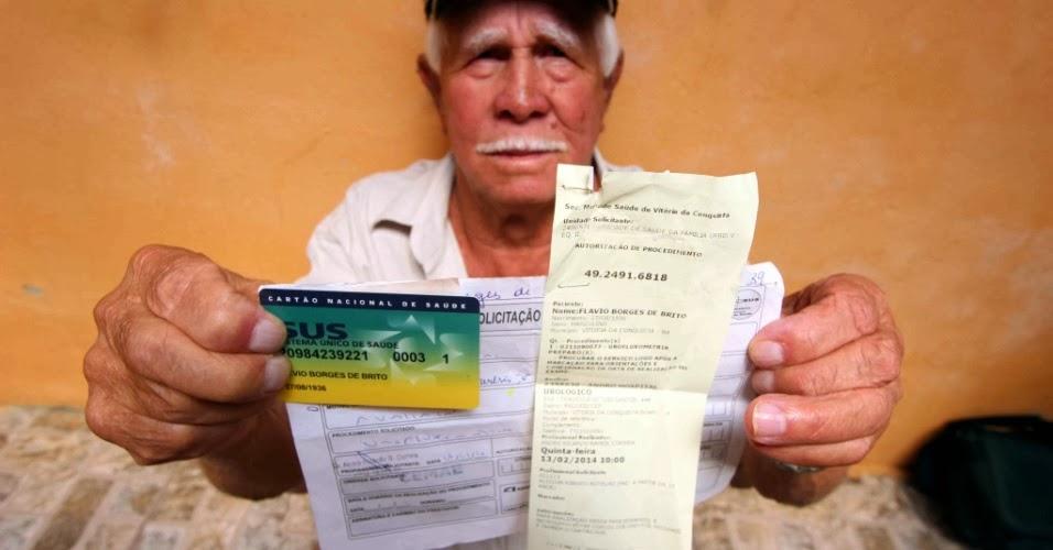 Aposentado mostra exame que foi marcado após quatro anos de espera