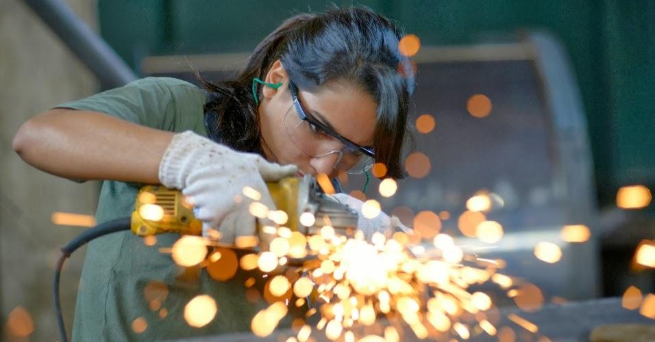Mulher trabalhando em linha de produção