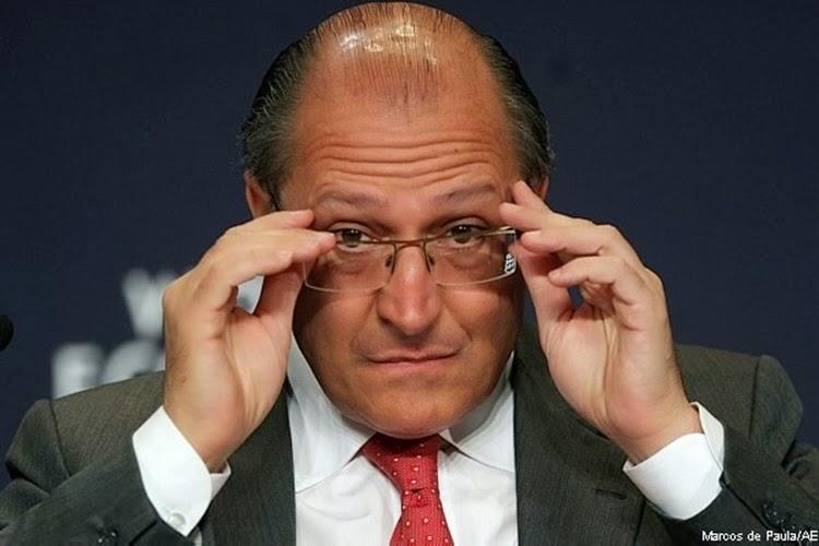 Governador Geraldo Alckmin ajeita óculos