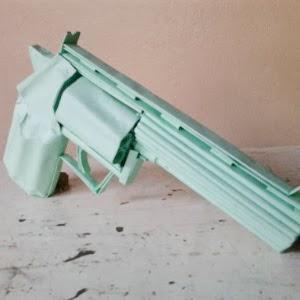 Arma feita com cola e cartolina verde