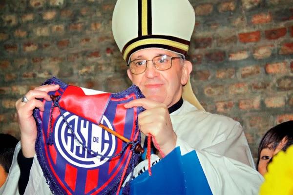 Papa segurando bandeira do San Lorenzo