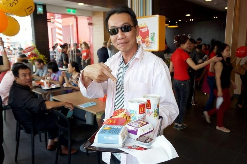 Homem com pedido no McDonald's do Vietnã