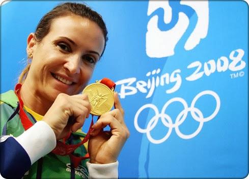 Maurren Maggi com medalha de ouro em Pequim 2008