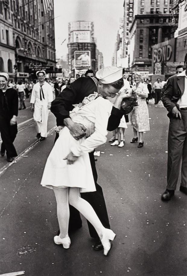 Foto de marinheiro beijando enfermeira