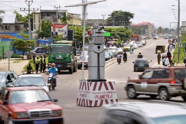 Robô gigante do Congo controla trânsito