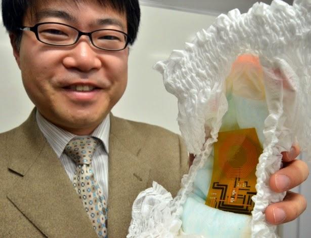 Pesquisador japonês segura fralda com sensor flexível