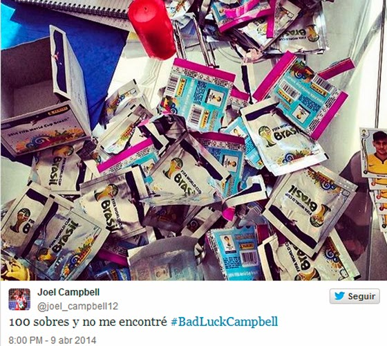 Twitter de Joseph Campbell com foto de vários pacotes de figurinhas da Copa