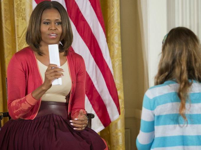 Michelle Obama segura currículo do pai de Charlotte Bell