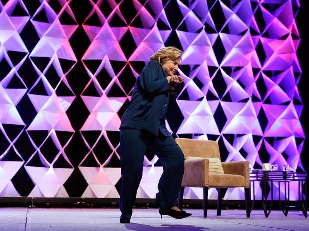 Hillary Clinton se esquiva de sapatada