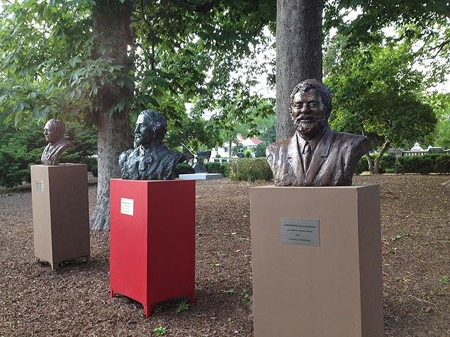 Busto de bronze do Lula no jardim da OEA