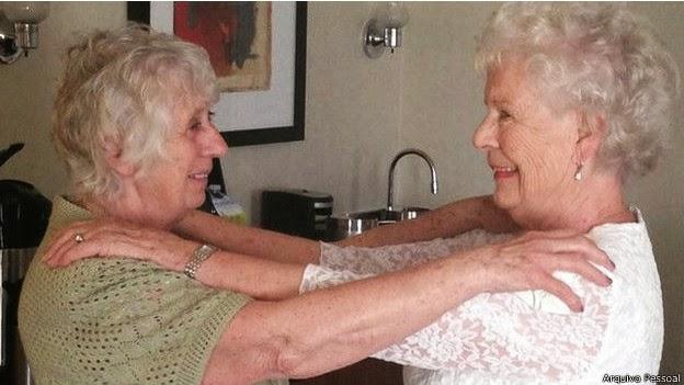 As gêmeas Ann e Elizabeth Ann Hamel se abraçam