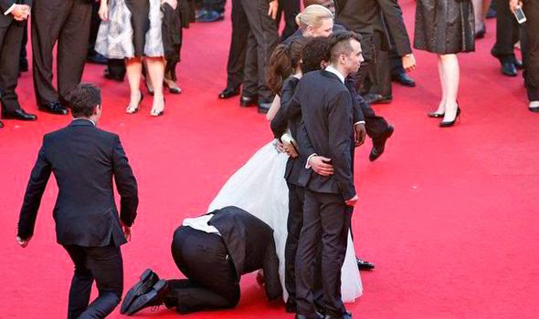 Homem debaixo de vestido em Cannes