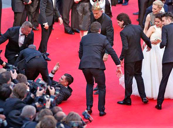 Homem debaixo de vestido é retirado por seguranças