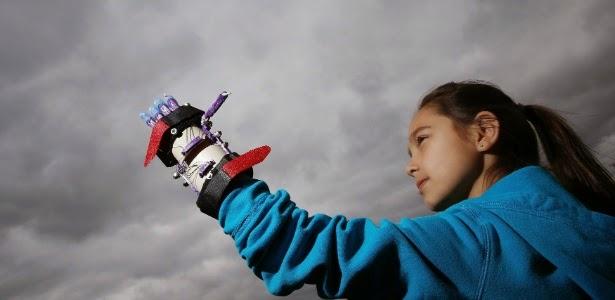 Kylie Wicker com prótese de mão feita em impressora 3D