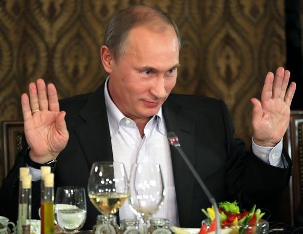 Putin com as mãos levantadas