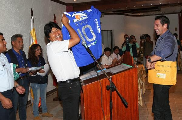 Evo Morales mostra camisa do Sport Boys Warnes