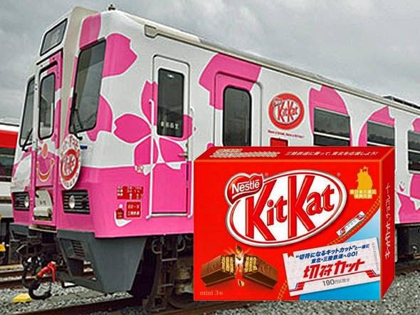 Trem japonês com embalagem de Kit Kat ao lado