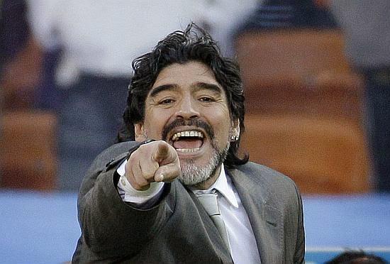 Maradona aponta para a câmera e ri